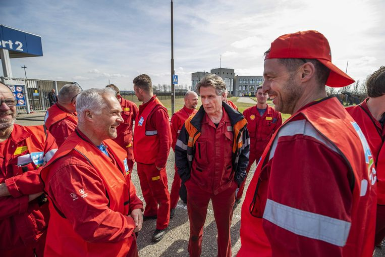 Medewerkers van Shell voerden in april actie voor de raffinaderij in Moerdijk.  Beeld ANP
