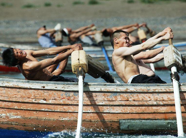Roeiwedstrijd tijdens de jaarlijkse zeejagerscompetitie in Lorino. Beeld Hollandse Hoogte