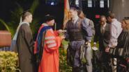 Verlamde student staat plots op en gaat diploma halen