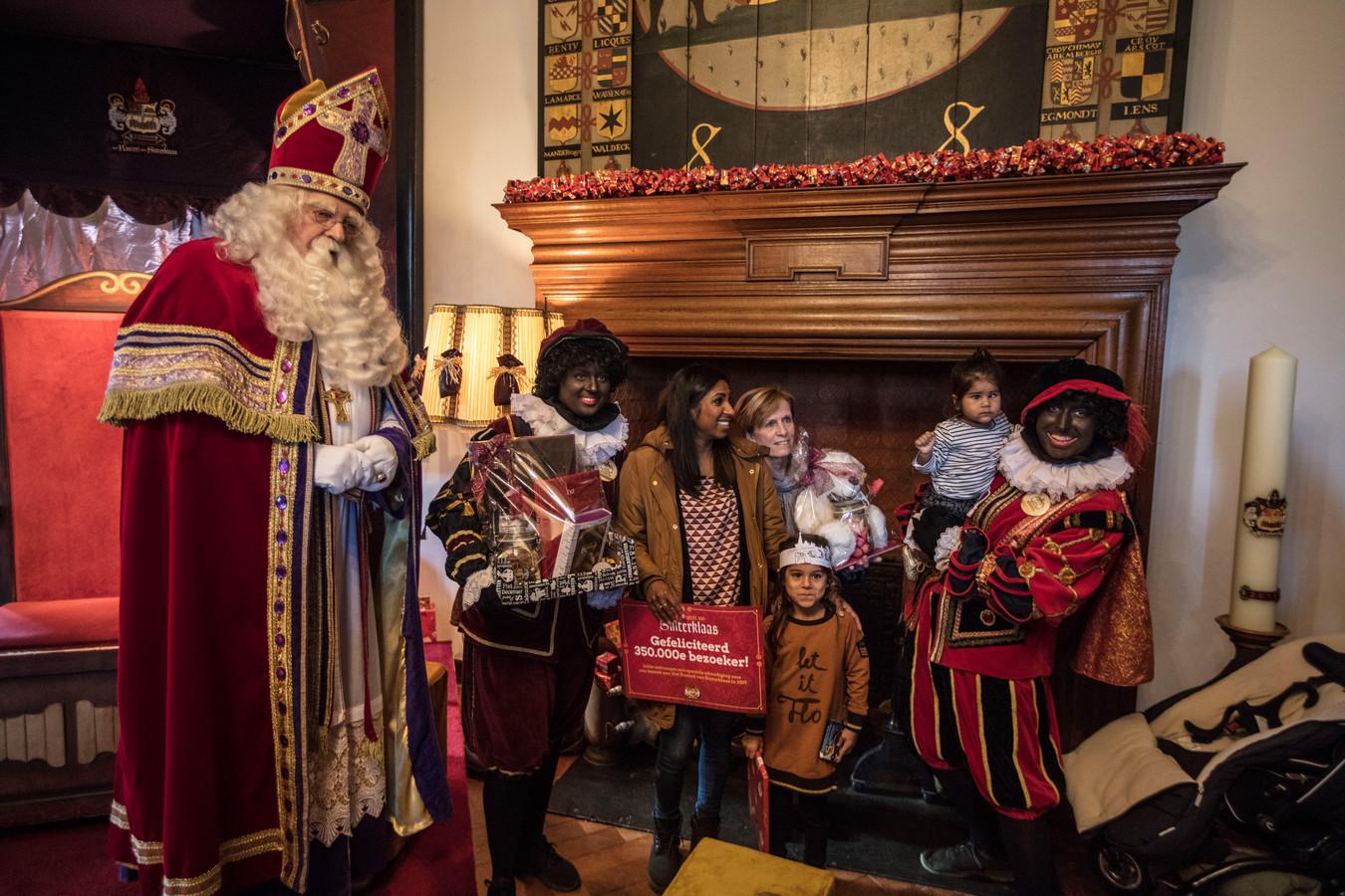 Sinterklaas ontvangt de 350.000e bezoeker in zijn kasteel in Helmond.