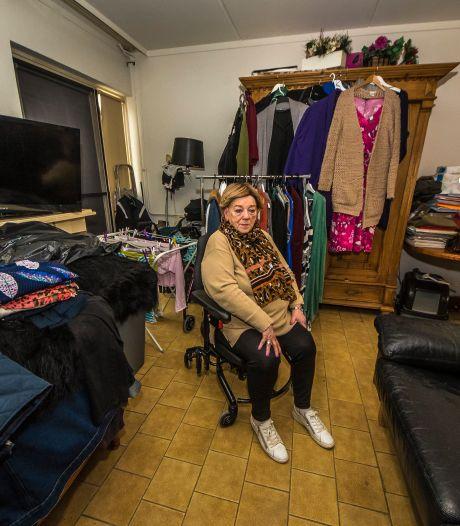 Oldenzaalse (73) leeft in 'een grote kledingkast', na conflict over traplift