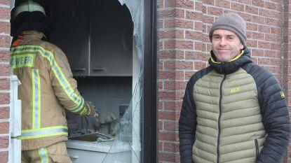 Eerst naar de kazerne? Neen, brandweerman gaat vuur vlakbij zijn thuis te lijf met brandblusser