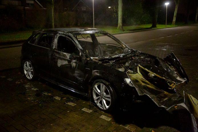Aan de Lavadijk brandde een auto volledig uit.