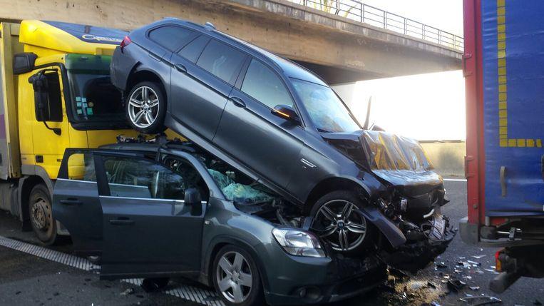 In de Chevrolet zat een moeder met haar twee kinderen, die lichtgewond afgevoerd werden naar het ziekenhuis.