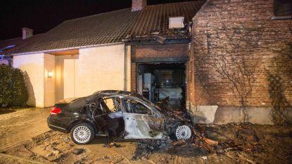 Auto vat vuur na botsing tegen gevel in Gaasbeek
