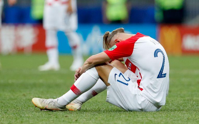 De Kroaat Domagoj Vida zit ontgoocheld op het veld van het Moskouse Luzjniki Stadion, na de verloren WK-finale.  Beeld AP
