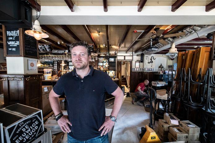 Martijn Koot in café Anneke, waar nu de toiletgroep vernieuwd wordt: ,,Mooi dat we weer open mogen, triest dat het op deze manier moet.''