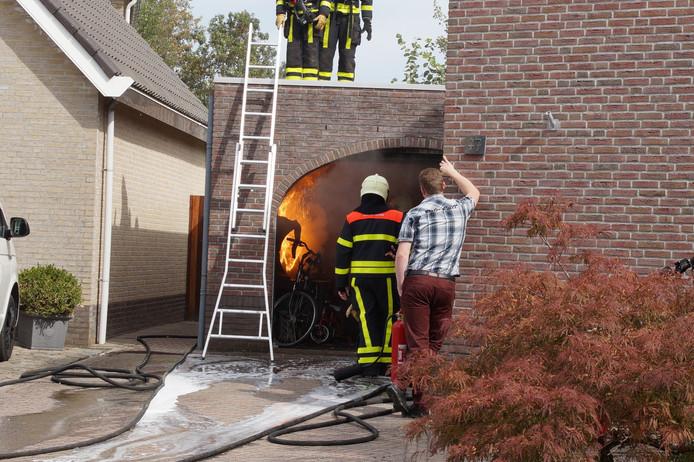 Brand in garage in Veen.