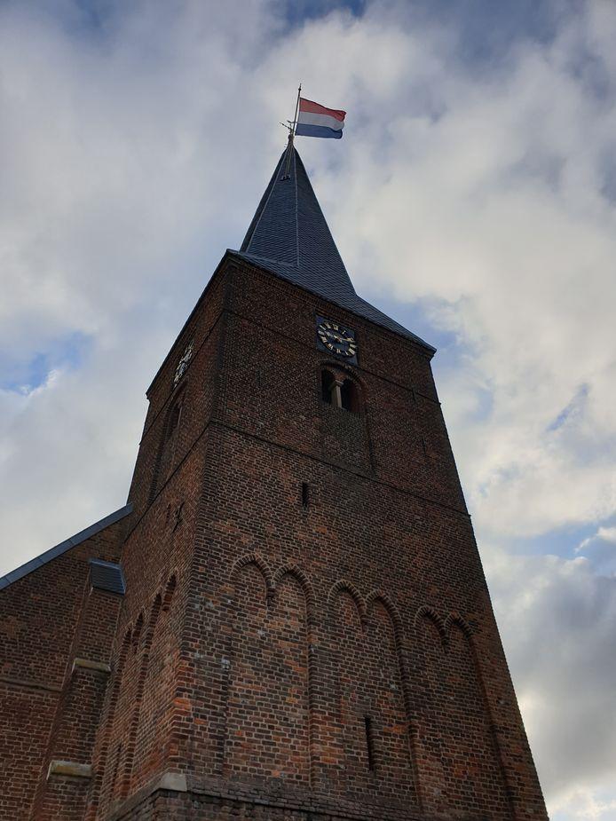 De vlag wappert hoog aan de kerktoren van Dinxperlo