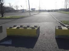Jongeren willen niet luisteren, burgemeester sluit parkeerterrein Dinteloord af met betonblokken: 'Tot hier en niet verder'