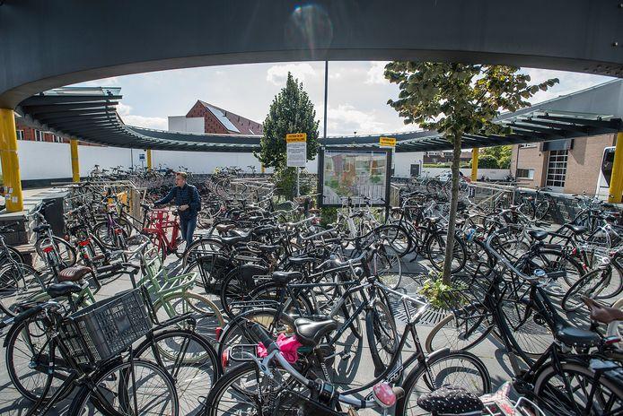 OOSTERHOUT - Tientallen fietsen blokkeren de ingang naar de fietsenstalling op het busstation aan de Leijsenhoek.