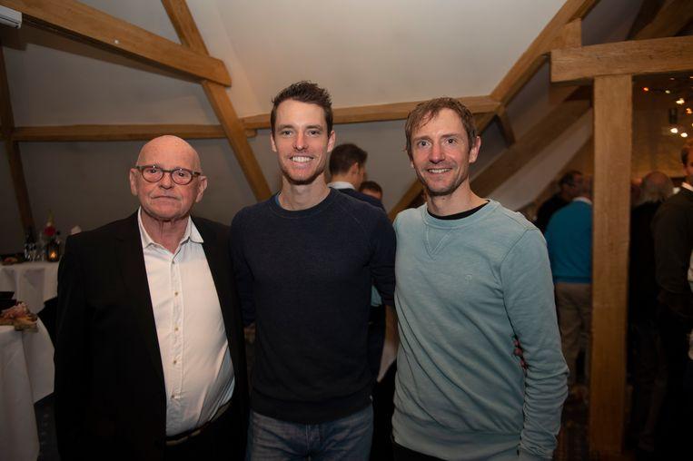 Marathonloper Koen Naert (midden), samen met Wilfried Silon (links) en coach Tomas Valcle.