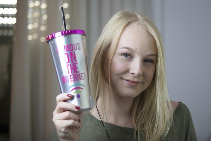 Nienke is 'famous on the internet'. De beker is een cadeautje van haar zus Sanne.