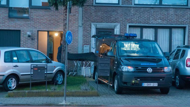 Het stoffelijk overschot van slachtoffer Irisleidi Tamayo wordt naar buiten gebracht uit de woning in de Eethuisstraat.