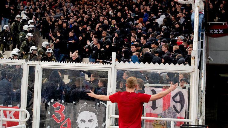 Matthijs de Ligt probeert rust te brengen bij de supporters die slaags raakten. Beeld anp