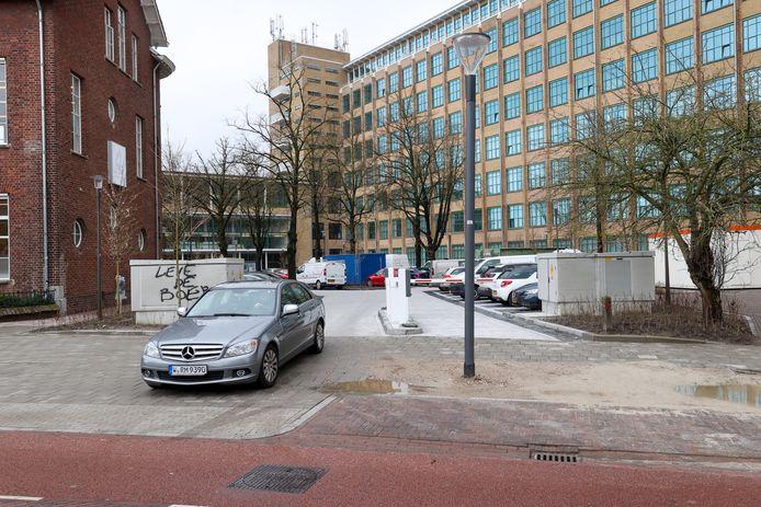 Lantaarnpaal blokkeert parkeerplaats in Eindhoven.