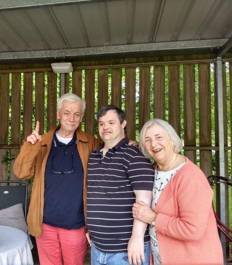 Jan en Hettie uit Oldenzaal knuffelen hun gehandicapte zoon, ook al mag 't niet
