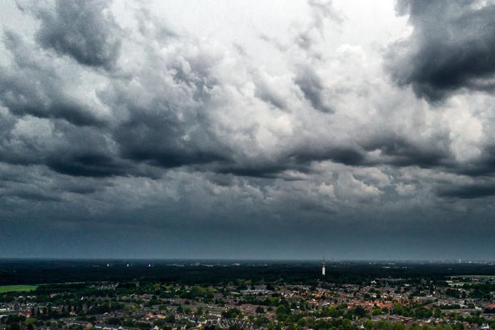 Een luchtfoto van de eerste zomerstorm van 2019 in aantocht boven Brabant.