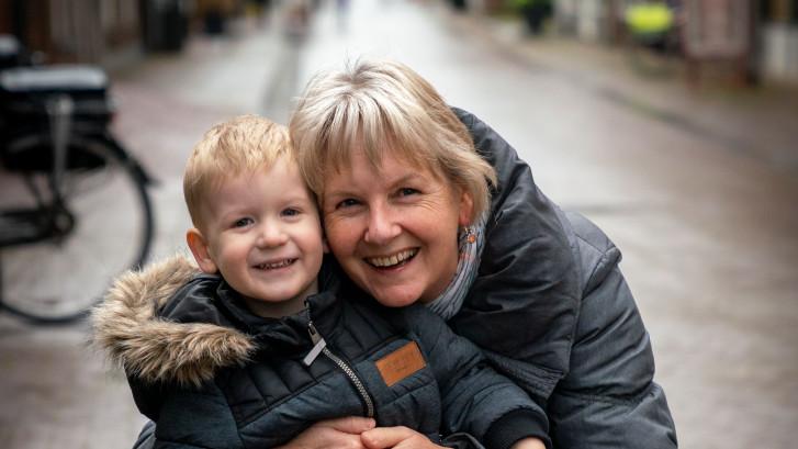 Wilma gaat lekker shoppen met kleinzoon Cas