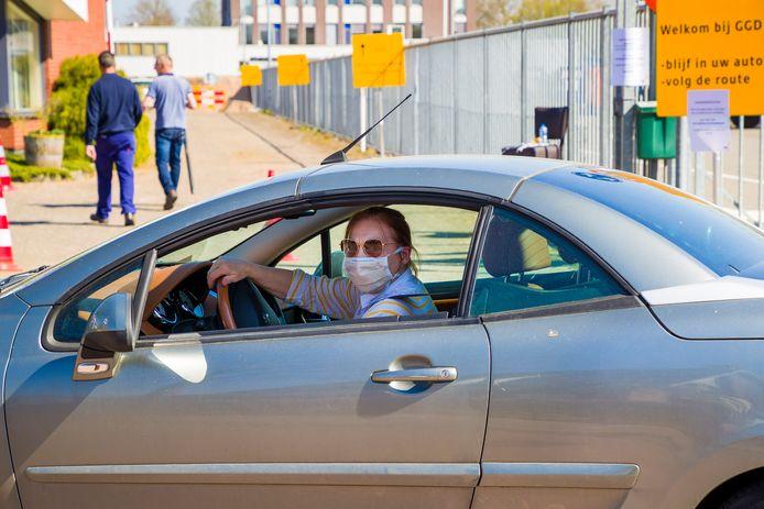 Een vrouw rijdt voorbij de teststraat in Kruisstraat