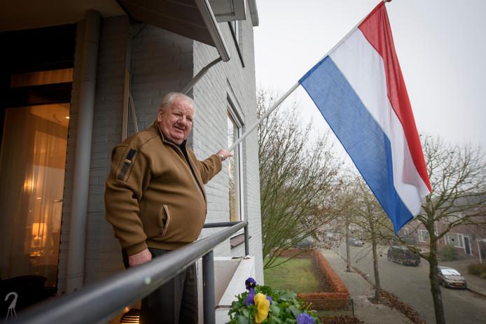 Geert Kleine-Deters heeft na 10 maanden zijn nieuwe rijbewijs heeft ontvangen en hangt daarom de vlag uit.