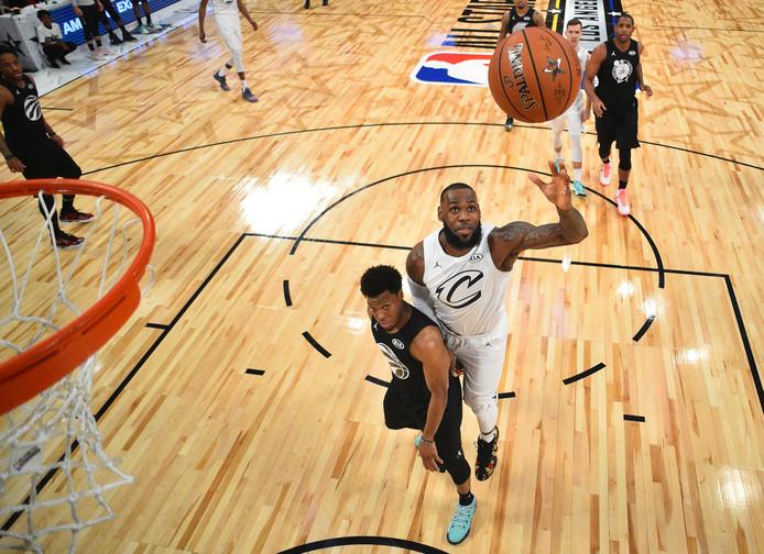 LeBron James (rechts) schiet op de basket tijdens de All Star Game van de Amerikaanse basketbalcompetitie NBA.