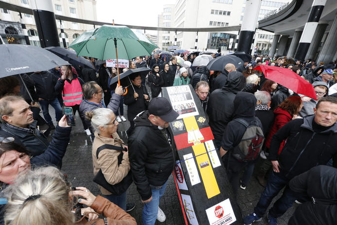Demonstranten tijdens de zwarte mars in Brussel.
