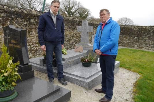 Adri Goedegebuure (rechts) met zijn neef Jean-Jacques du Bourg bij het graf van Marcel Madec.