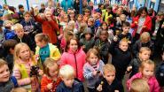 Leerlingen Ten Berge zingen en luiden de bel voor beter onderwijs