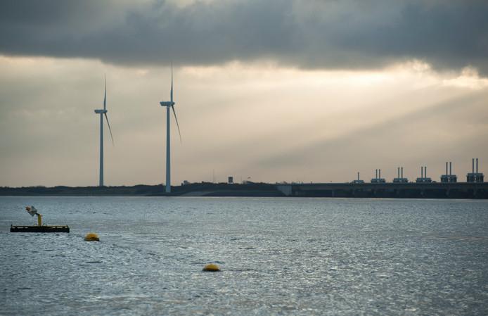 De pijlerdam gezien vanaf de Oosterschelde.