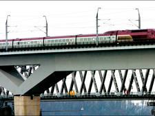 Monteurs vast onder HSL-brug Hollands Diep