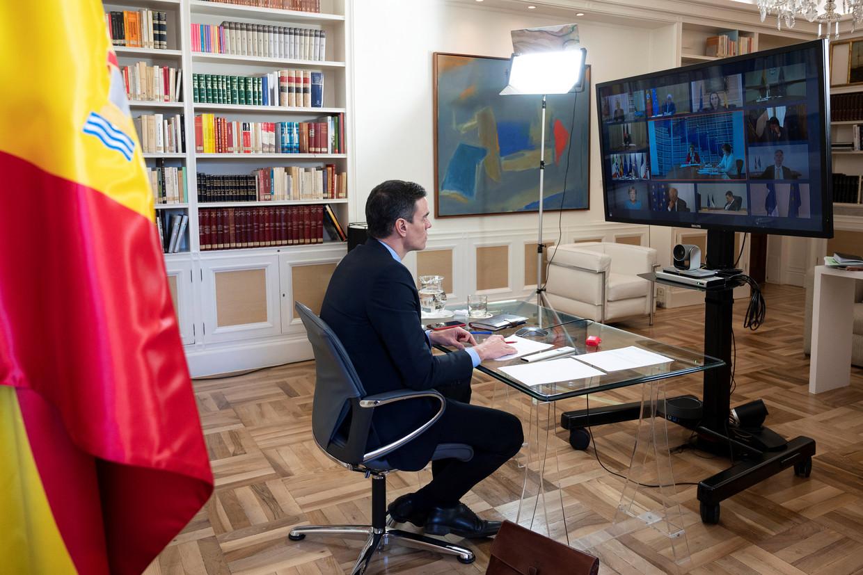 Madrid, 26 maart, de Spaanse premier Pedro Sanchez neemt deel aan de digitale EU-top, waarin de Europese regeringsleiders de aanpak van de coronacrisis bespreken. Beeld Borja Puig de la Bellacasa / EPA