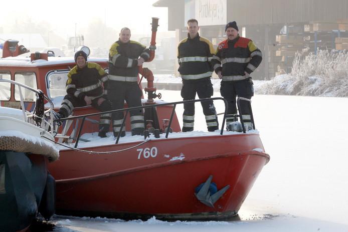 Archieffoto van blusboot De Vuurzee, toen het populaire scheepje uit de vaart werd genomen. De gemeente gaat het nu verkopen.