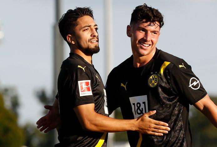 Immanuel Pherai (links) neemt de felicitaties in ontvangst van Maximilian Hippe, nadat hij vorige maand namens Borussia Dortmund heeft gescoord in het oefenduel met Sparta.