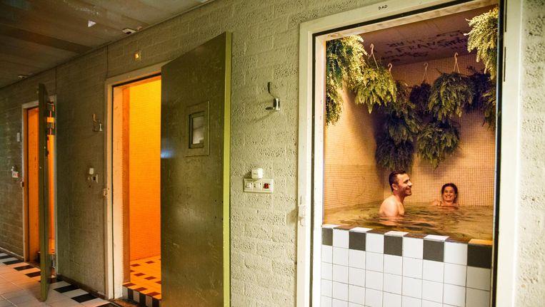 In de stoom- en saunacabines, scrubruimtes en stilteplekken staan en hangen overal planten Beeld Carly Wollaert