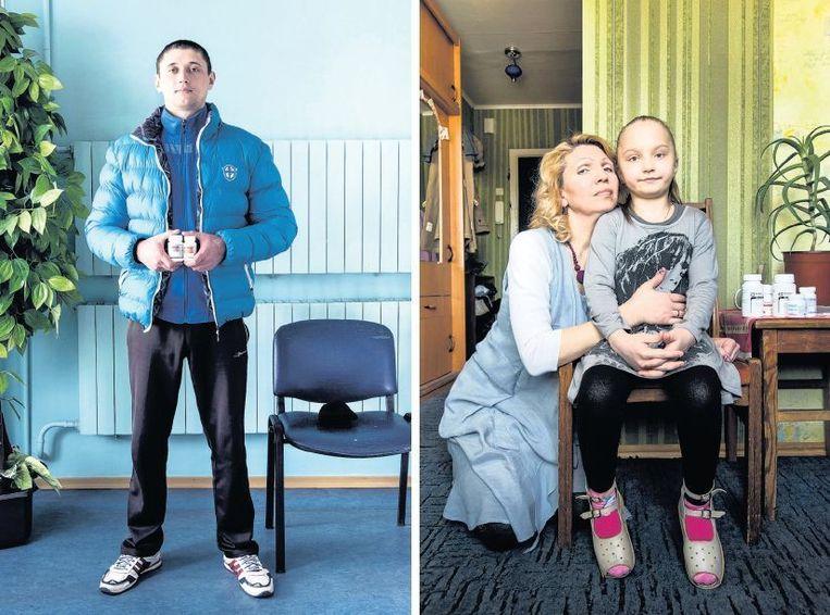 Aleksei (29, links) woont in Oekraïne, waar hij nooit zeker is van zijn medicijnen. Voormalig drugsgebruikster Diana (42,rechts) en haar dochter Anna wonen in Kiev en hebben beiden hiv. Anna kreeg het virus van haar moeder. Beeld Sacha de Boer
