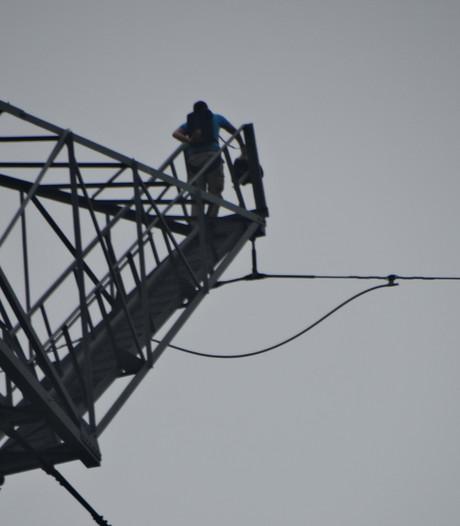 Levensgevaarlijk, toch sprong er weer een basejumper van mast in Afferden