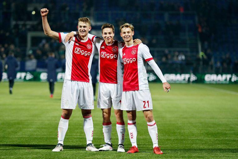 Matthijs de Ligt , Carel Eiting en Frenkie de Jong vieren de winst. Beeld Pro Shots/Stanley Gontha