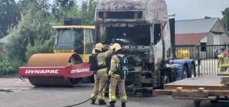 Brandende vrachtwagen op A28 zorgt voor flinke rookontwikkeling