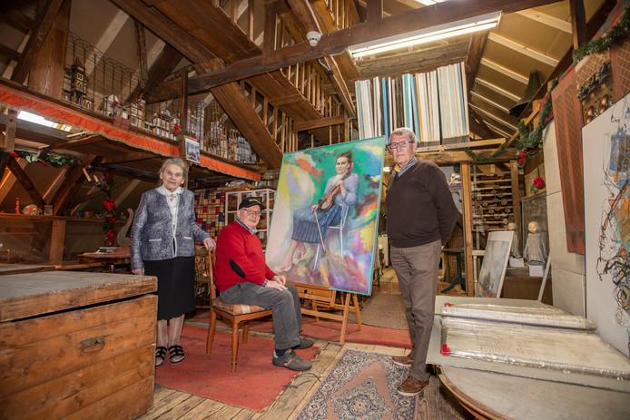 Mevrouw Mathilde Alkemade, Bert de Graaf en Jos Wijn (vlnr) bij de eyecatcher van de tentoonstelling: een eerbetoon van Frans Alkemade aan zijn vrouw.