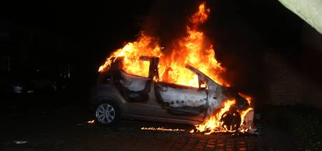 Dichtbij woning brandt auto volledig uit in Vught, brandstichting niet uitgesloten