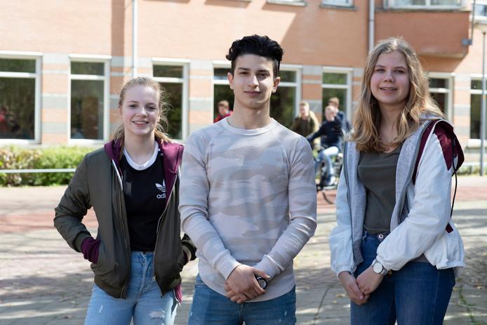 Femke Visser (links) en Iris van der Vegt uit Zutphen zijn een handtekeningenactie gestart voor de 15-jarige Afghaanse vluchteling Mehrdad Golestani
