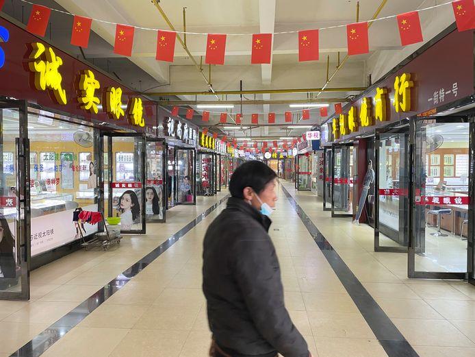 Boven de dichte Huanan-voedselmarkt is wel een verdieping met brillenwinkels open.