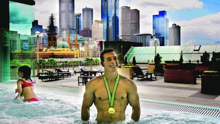 Yuri van Gelder met zijn wereldtitel in de jacuzzi op het dak van zijn hotel in Melbourne, Australië, 2005. In die periode 'barstte de bom eigenlijk. Je wordt dan geleefd. Iedereen wilde wat van mij.' Beeld ANP