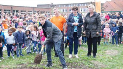 Jelle steekt eerste spade in grond voor turnhal