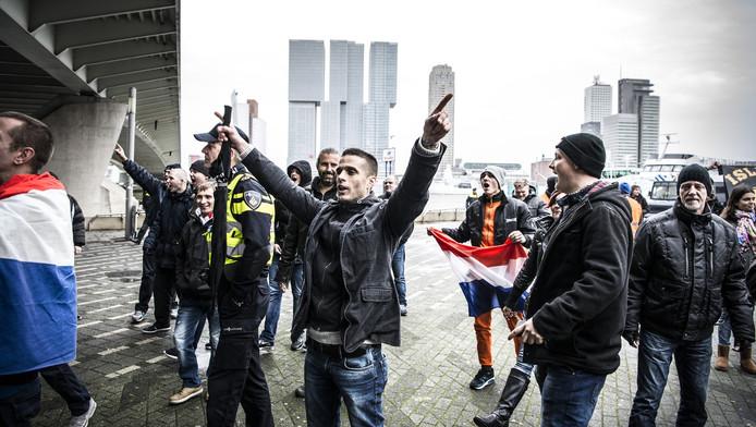 Pegida-demonstranten op het Willemsplein in Rotterdam.