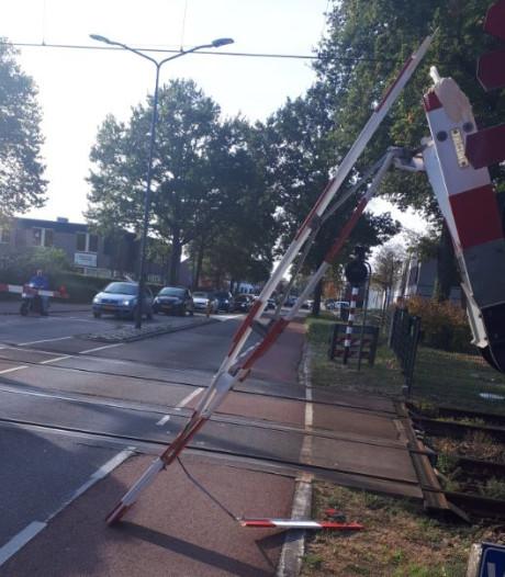 Spoorboom aan gort gereden aan Laagstraat in Vught; dader staat mogelijk op camera