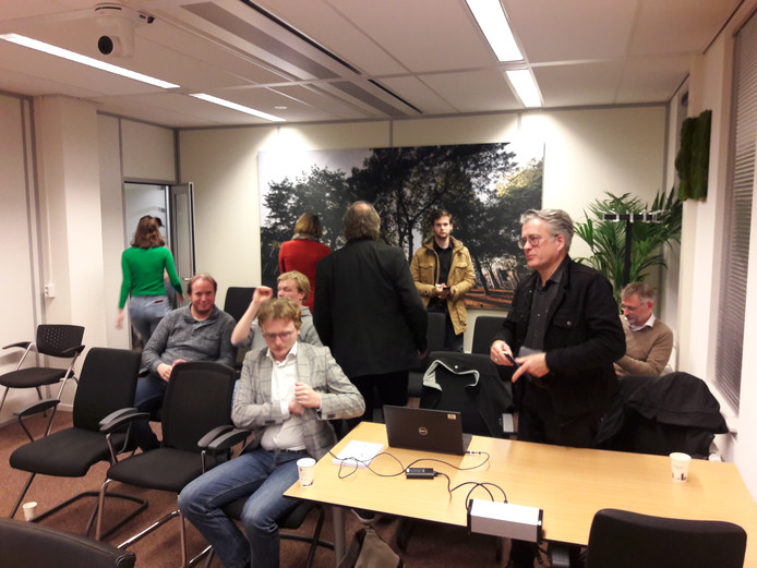 Bestuursleden van Omroep Tilburg en Dit is Tilburg bij afloop van debat. Willen ze alsnog praten over samengaan?