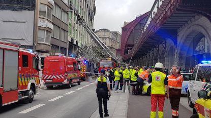 """VIDEO. Eén dode en zwaargewonde nadat stelling instort naast Antwerpen-Centraal: """"Enorme ravage"""""""