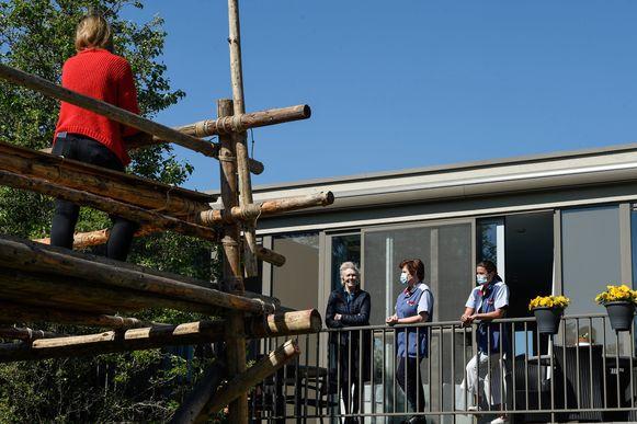 Woonzorgcentrum De Wingerd in Leuven biedt bezoekers en senioren sinds kort de mogelijkheid van een balkonbezoek aan.